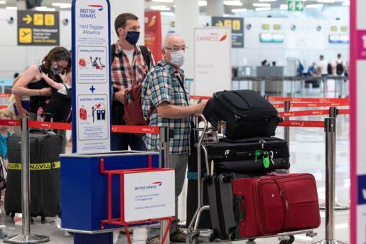 Las aerolíneas británicas critican la medida del Gobierno del Reino Unido por sus efectos catastróficos en el turismo.