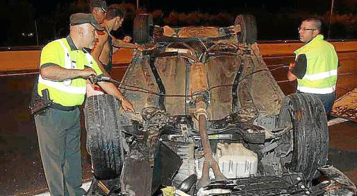 Al parecer, el vehículo colisionó contra un guardarraíl, salió rebotado, cruzó tres carriles de la autopista y volcó.