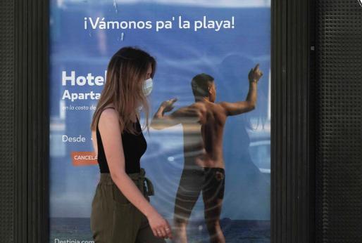 Una mujer camina por una calle de Córdoba.