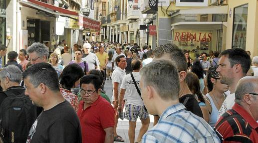 Hoteleros y comerciantes coinciden en señalar que el nivel del gasto turístico es inferior al del pasado año.