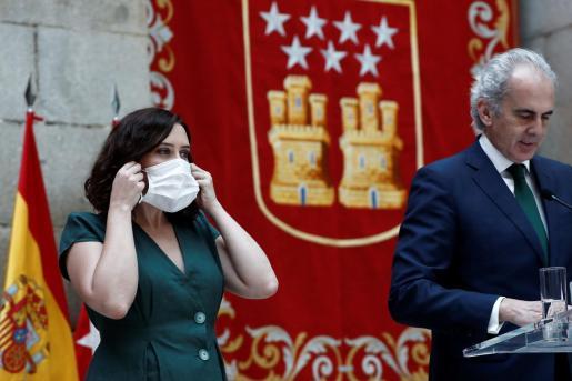 La presidenta de la Comunidad de Madrid, Isabel Díaz Ayuso, y el consejero de Sanidad, Enrique Ruiz Escudero, durante la presentación de la Estrategia de continuidad del COVID-19, este martes en la Real Casa de Correos,en Madrid.