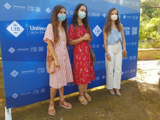 Maria Alemany Torres, en el centro de la imagen, acompañada de las otras dos alumnas con mejores resultados académicos.