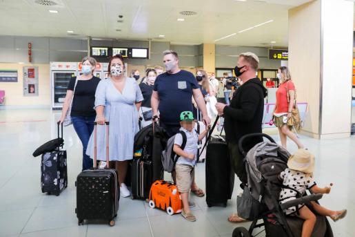 Imágenes de archivo de turistas británicos, regresando a casa.
