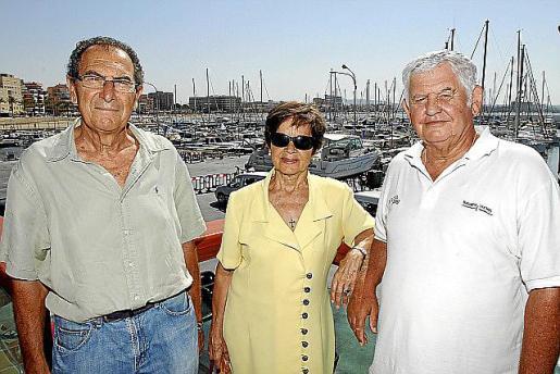 Adela Calvo junto a Alejandro Forteza. y Julián Santaúrsula en el Club Marítimo San Antonio.