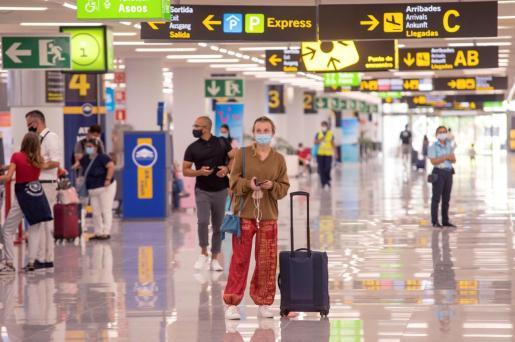 Varios turistas en la terminal de llegada del aeropuerto de Palma.