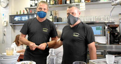Los hermanos Frau, Biel y Pedro, propietarios del bar Can Frau.