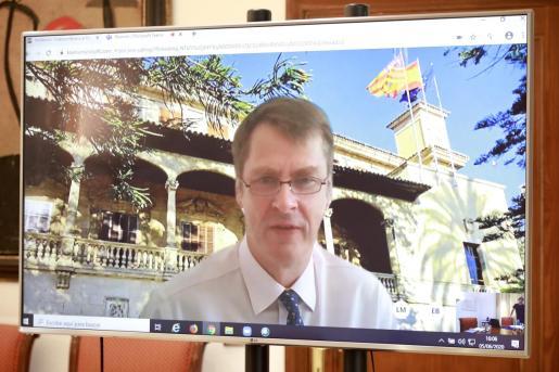 Imagen de una entrevista telemática reciente con el embajador Hugh Elliott.