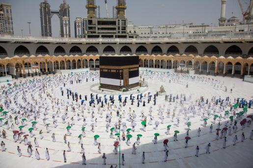 La imagen de los fieles apelotonados dando vueltas alrededor de la Kaaba ha sido sustituida este año por una imagen ordenada y desolada al calor del sol abrasador.