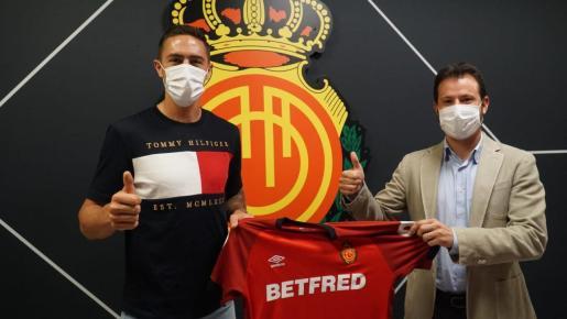 El defensa Antonio Raíllo, a la izquierda, junto a Pablo Ortells, director de fútbol del Mallorca.