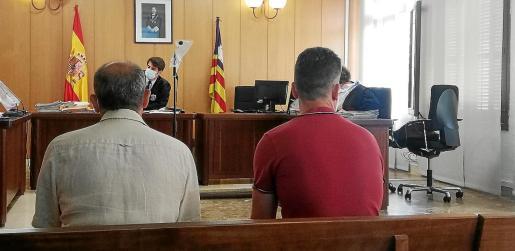 El funcionario y el empresario en una sala de lo Penal de los juzgados de Vía Alemania de Palma.
