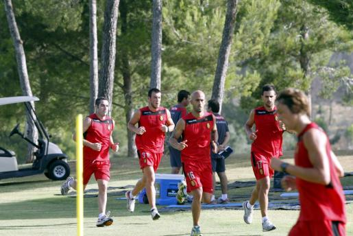 Varios jugadores corren por el campo de golf de Son Quint, donde hoy ha entrenado el Real Mallorca.