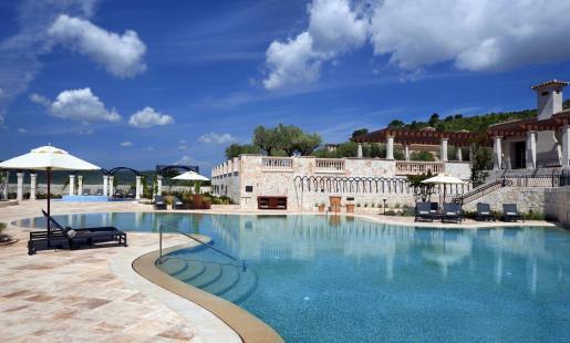 Vista general de una parte de la zona de piscinas que incluye el complejo hotelero que explotaba Hyatt.