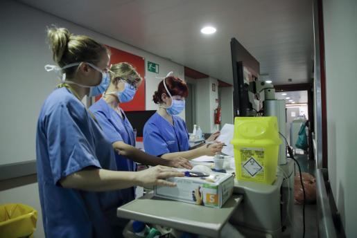 Sanitarios, trabajando en Son Espases.