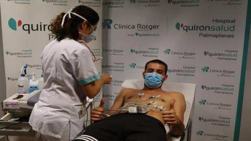 Imagen del flamante porteor del Palma Futsal Fabio Alvira pasando las pruebas médicas antes de iniciar la pretemporada con el equipo.