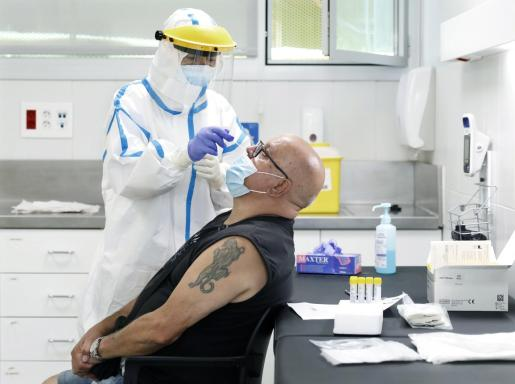 Un hombre se somete a una prueba de covid-19 en el CAP Roger de Barcelona.