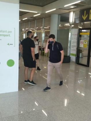 Andoni Iraola, 'cazado' esta tarde por IB3 Radio en el aeropuerto de Son Sant Joan.