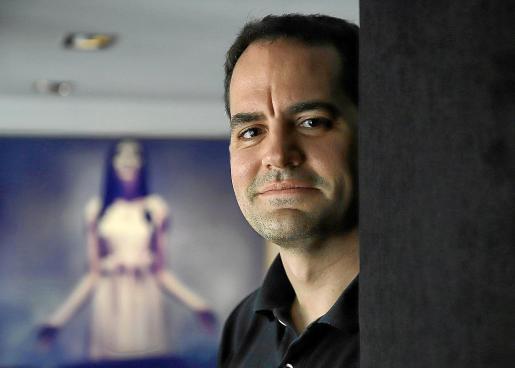 El director catalán Marc Serena, en el centro de Palma.