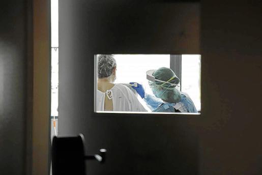 Recogida de muestras para hacer PCR en el hospital de Son Espases.
