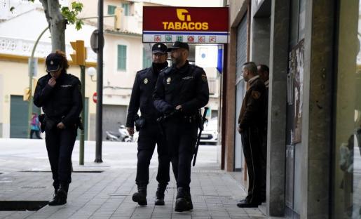 La Policía Nacional detuvo al atracador. Imagen de archivo de unos agentes en Palma.