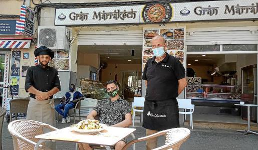 Khalid, El-Mehdi y Jamal, en el restaurante Gran Marrakech situado en la plaza de las Columnas.
