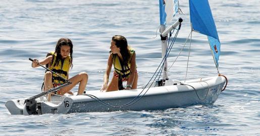 Victoria Federica dio muestras de dominar muy bien la caña de la embarcación.