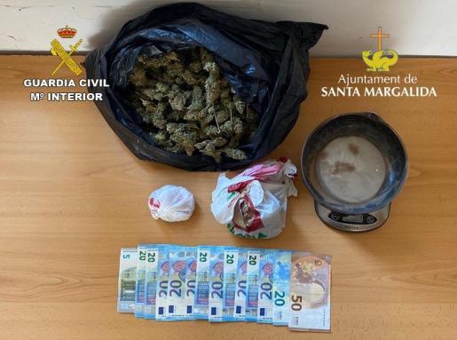 La Guardia Civil inspeccionó el contenido de la bolsa, y encontró en esta una cantidad de marihuana, que superaba lo que podría estimarse como consumo propio.