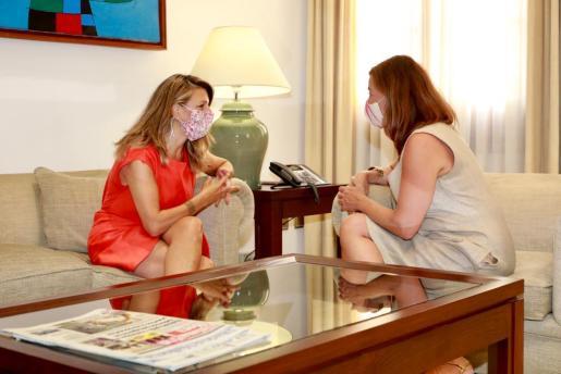 Imagen del encuentro entre la titular de Trabajo del Gobierno y la presidenta balear.