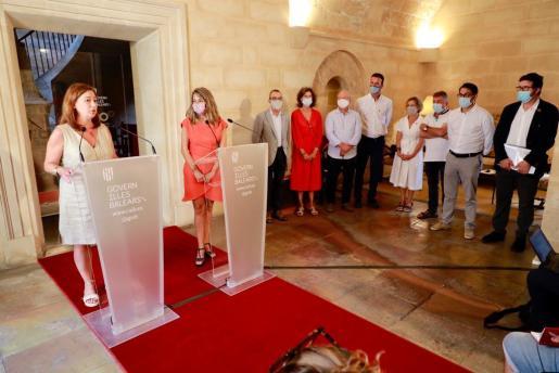 La presidenta comparece ante los medios después del encuentro de la Mesa del Diálogo Social, en el Consolat de Mar de Palma.