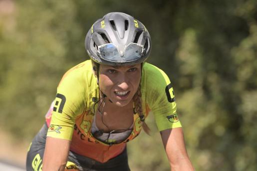 Imagen de Mavi García liderando la carrera.