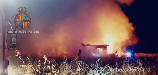 La acumulación de material diverso dentro de la caseta ha servido de combustible al fuego, que ha ardido con virulencia.