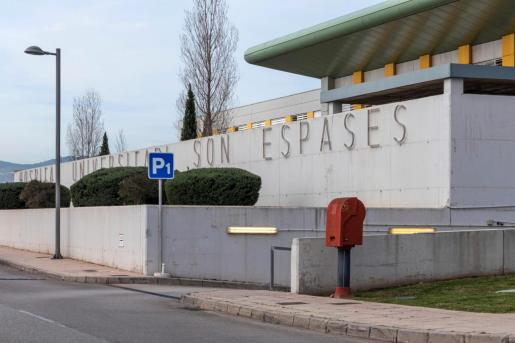 Vista exterior del hospital Son Espases de Palma, donde ha sido ingresada en estado grave una mujer que se ha precipitado en Cala Llamp.