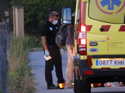 La Policía Local de Andratx junto a la herida.