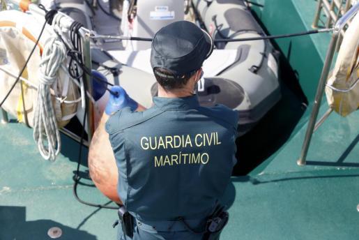 La Guardia Civil ha interceptado la patera cerca de s'Estufador.