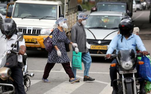 Dos personas portan mascarillas en Bangalore, India.