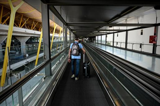 Un hombre camina por la terminal 4 del Aeropuerto de Barajas.