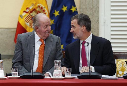 Fotografía de archivo, tomada el 14/05/2019, del rey Felipe VI (d) junto a su padre, el rey emérito Juan Carlos I, durante la reunión del patronato de la Fundación Cotec.
