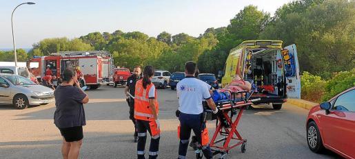 Momento en el que la joven herida era introducida en una ambulancia del SAMU-061 para ser trasladada hasta el hospital de Manacor.