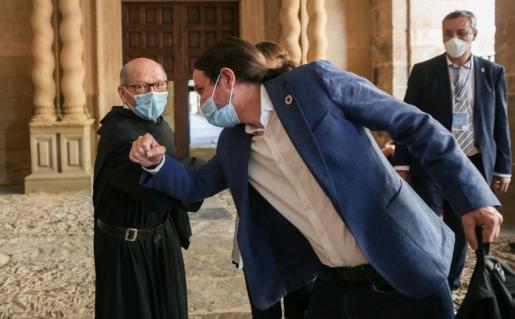 El vicepresidente segundo y ministro de Derechos Sociales y Agenda 2030, Pablo Iglesias (c), saluda a un religioso del monasterio de San Millán de Yuso el pasado viernes.