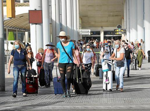 Varios pasajeros, a su llegada al aeropuerto de Son Sant Joan.