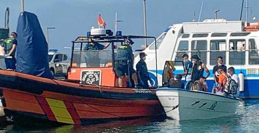 Rescate en el mar. La embarcación de la imagen fue remolcada durante el pasado fin de semana, cuando se produjo un incremento de pateras que se vincula al buen estado de la mar.