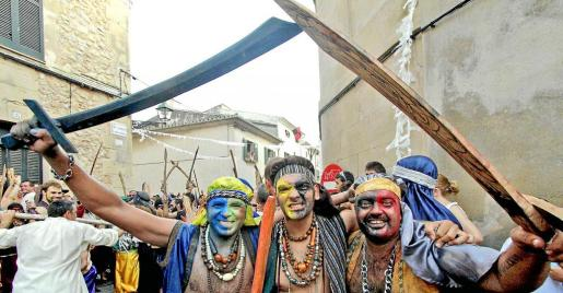 Los asistentes recrean la batalla de moros y cristianos con ilusión y la vestimenta propia que representa su papel.