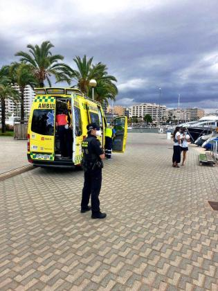 La Policía Portuaria y una ambulancia han atendido a la afectada.