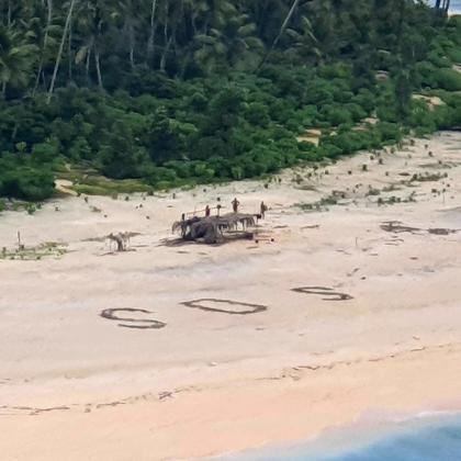 Imagen aérea de los náufragos en la playa donde fueron a parar, tras quedarse sin combustible y permanecer a la deriva.