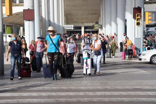 Imagen de turistas, en el aeropuerto de Palma.