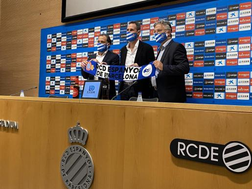 Vicente Moreno, entre Rufete y José María Durán, director deportivo y consejero del Espanyol