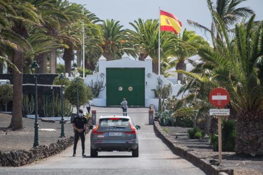 Efectivos de la Guardia Civil custodian la llegada del presidente del Gobierno, Pedro Sánchez, a la residencia de La Mareta en la localidad de Costa Teguise en Lanzarote, donde va a pasar unos días de vacaciones.