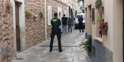 Agentes de la Guardia Civil en la calle dels Balladors en Esporles.