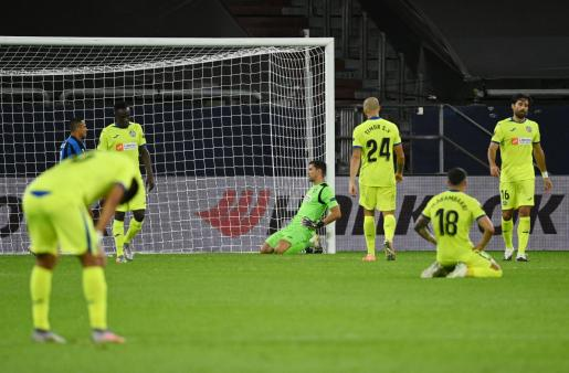 Los jugadores del Getafe tras la derrota ante el Inter.