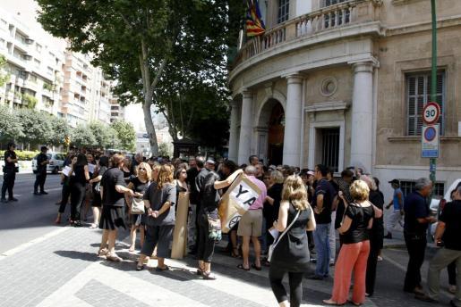Un grupo de funcionarios ha protestado hoy frente a los juzgados de Vía Alemania de Palma.