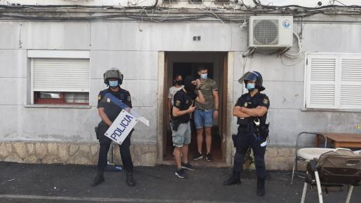 Varios agentes custodian la entrada de una vivienda en Camp Redó, donde se lleva a cabo este jueves un operativo contra el tráfico de drogas.